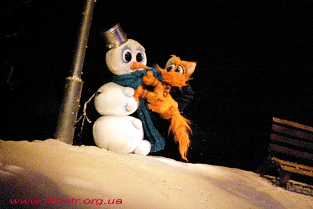 Котик на снігу